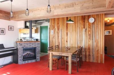 赤い床の山小屋ハウス (赤い床と丸太の壁と暖炉)