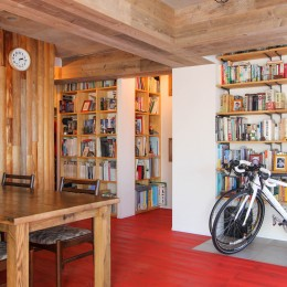 赤い床の山小屋ハウス (自転車と本棚と丸太の壁)