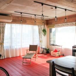 赤い床の山小屋ハウス (赤い床のリビング)