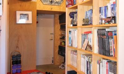 赤い床の山小屋ハウス (木製の本棚と玄関土間)