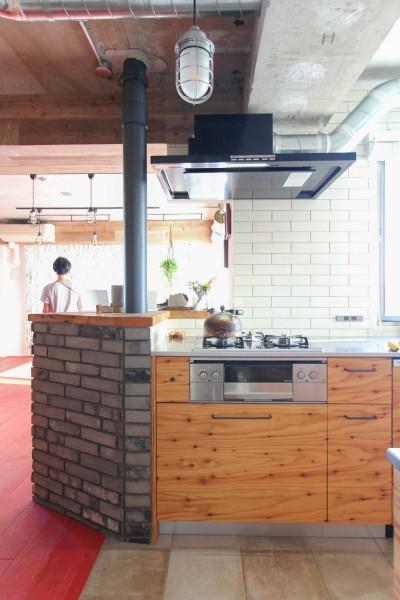 タイルとラーチ合板扉のキッチン (赤い床の山小屋ハウス)