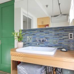 赤い床の山小屋ハウス (グリーンの扉とタイルのある洗面カウンター)