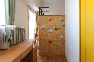 ボルダリングができるロフトベッド (赤い床の山小屋ハウス)