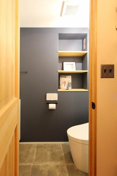 ネイビーのアクセントウォールのトイレ (赤い床の山小屋ハウス)