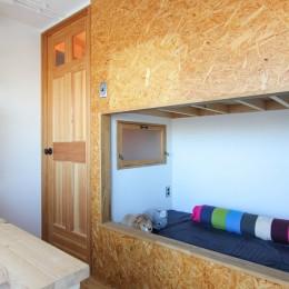 赤い床の山小屋ハウス (木製扉とOSBボードのベッド)