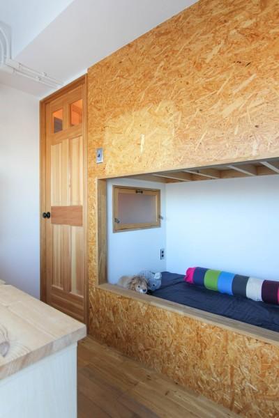 木製扉とOSBボードのベッド (赤い床の山小屋ハウス)