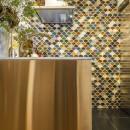 クリエイティブな作品が生み出される遊び心あふれたインダストリアルな空間の写真 キッチン