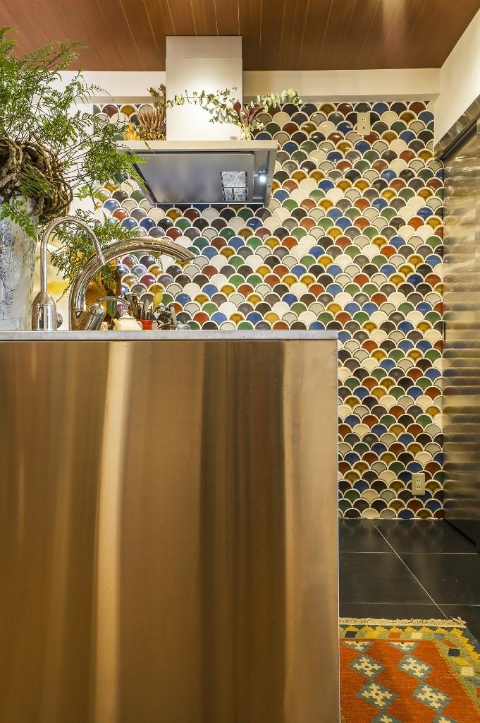 クリエイティブな作品が生み出される遊び心あふれたインダストリアルな空間 (キッチン)