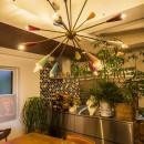 クリエイティブな作品が生み出される遊び心あふれたインダストリアルな空間の写真 リビングダイニングキッチン