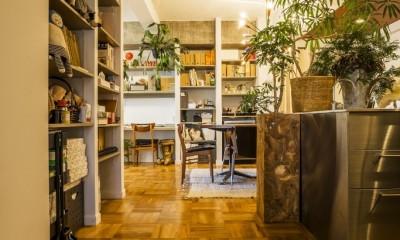 クリエイティブな作品が生み出される遊び心あふれたインダストリアルな空間 (リビングダイニングキッチン)