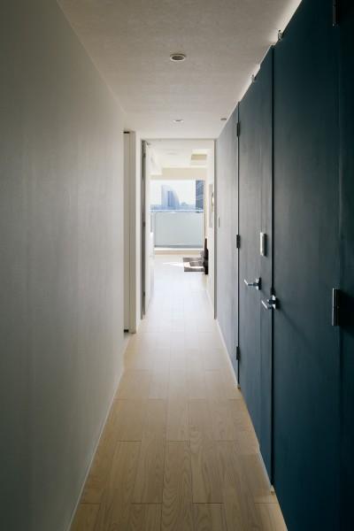 明るい廊下 (夜景を見渡せるホテルライクな自宅兼オフィス)