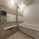 アメリカ西海岸の暮らしを我が家にも。カリフォルニアスタイル全面改装の写真 モザイクタイル柄のアクセントパネルでナチュラルなバスルーム