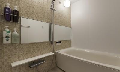 モザイクタイル柄のアクセントパネルでナチュラルなバスルーム|アメリカ西海岸の暮らしを我が家にも。カリフォルニアスタイル全面改装