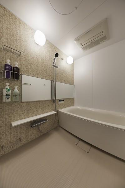 モザイクタイル柄のアクセントパネルでナチュラルなバスルーム (アメリカ西海岸の暮らしを我が家にも。カリフォルニアスタイル全面改装)