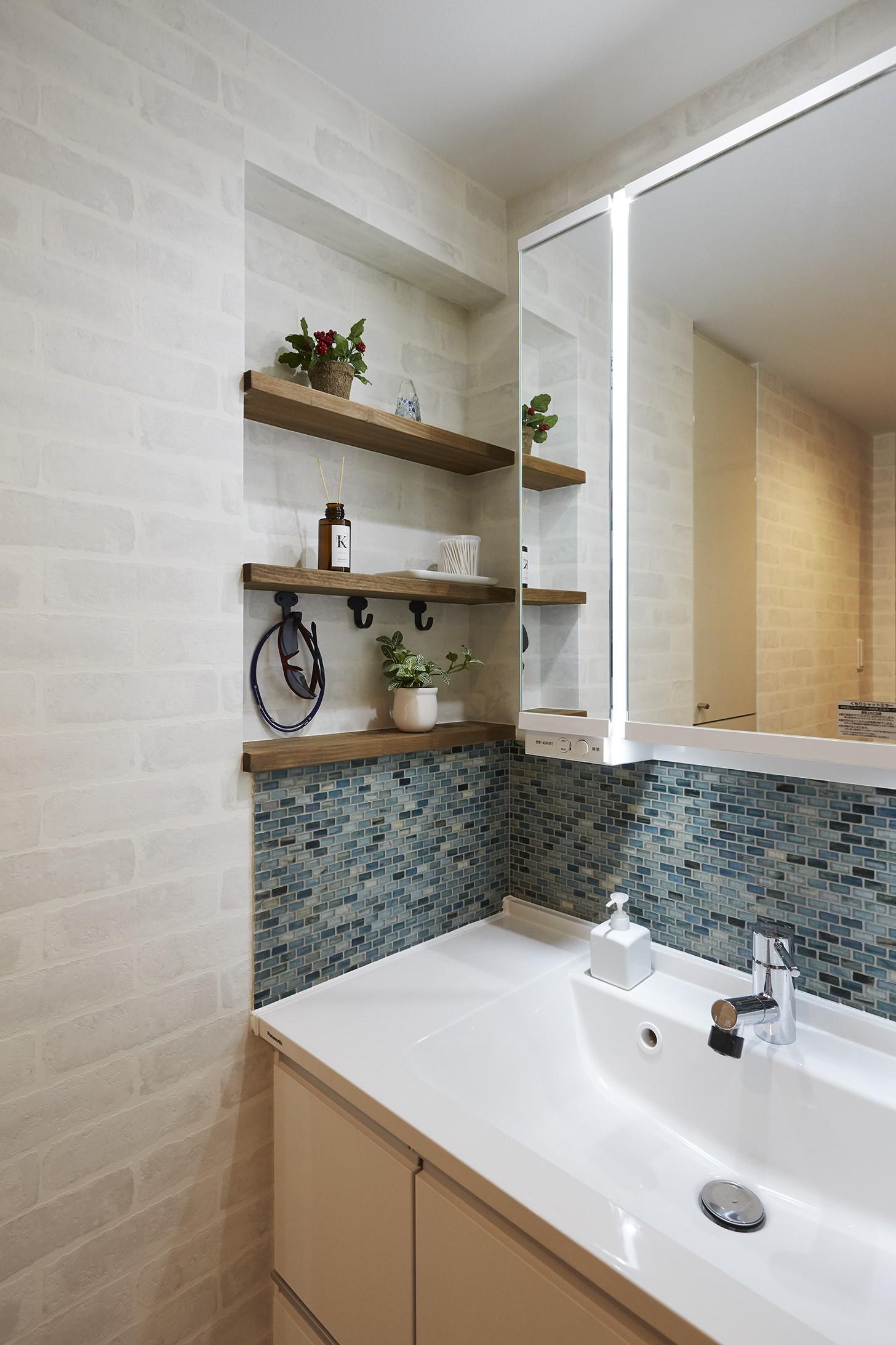 バス/トイレ事例:モザイクタイルの造作棚でオリジナルな空間に(アメリカ西海岸の暮らしを我が家にも。カリフォルニアスタイル全面改装)