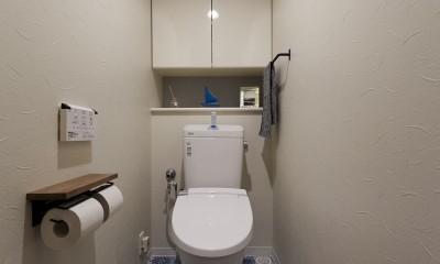 アメリカ西海岸の暮らしを我が家にも。カリフォルニアスタイル全面改装 (お部屋全体のコーディネートとマッチしたブルーのクッションフロアで、マリンテイストなトイレ空間)