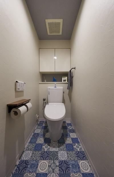 お部屋全体のコーディネートとマッチしたブルーのクッションフロアで、マリンテイストなトイレ空間 (アメリカ西海岸の暮らしを我が家にも。カリフォルニアスタイル全面改装)