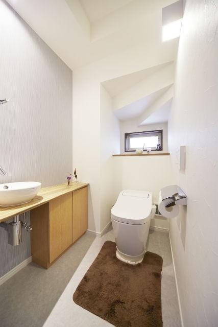 光が隅々まで行き渡る明るい空間 (トイレ)