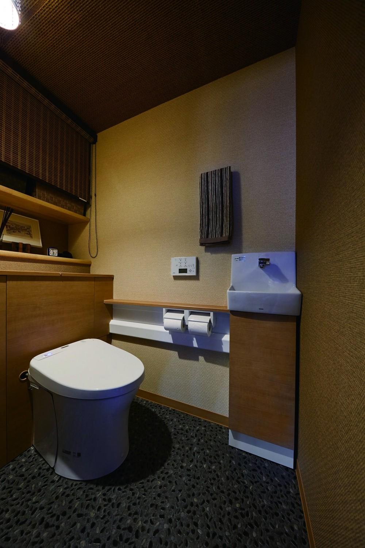 こだわりの内装と付け梁で憧れの南国リゾートホテル風の住まいへ (高級老舗旅館のようなレストルーム空間)