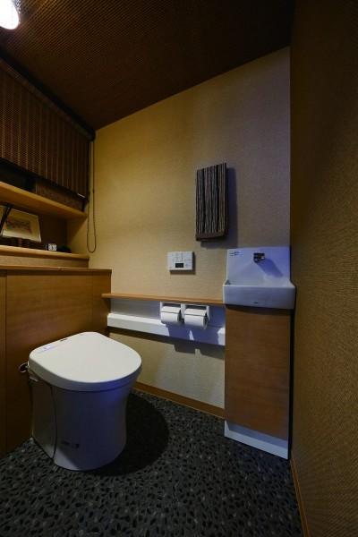 高級老舗旅館のようなレストルーム空間 (こだわりの内装と付け梁で憧れの南国リゾートホテル風の住まいへ)
