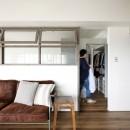 愛猫が駆け、風が通り抜ける、広々と心地良いインダストリアルな空間。の写真 造作の室内窓が付いた閉塞感のない間仕切り壁