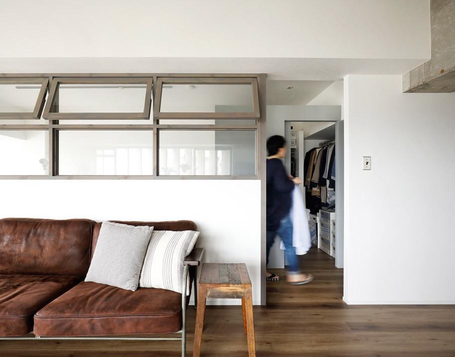 造作の室内窓が付いた閉塞感のない間仕切り壁 (愛猫が駆け、風が通り抜ける、広々と心地良いインダストリアルな空間。)