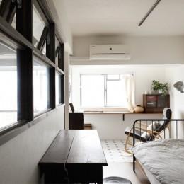 寝室側につくったインナーテラス (愛猫が駆け、風が通り抜ける、広々と心地良いインダストリアルな空間。)