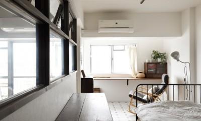 愛猫が駆け、風が通り抜ける、広々と心地良いインダストリアルな空間。 (寝室側につくったインナーテラス)