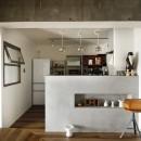 愛猫が駆け、風が通り抜ける、広々と心地良いインダストリアルな空間。の写真 モールテックス仕上げのキッチン