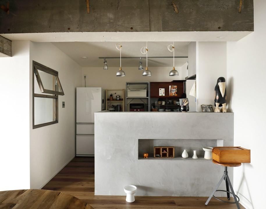 キッチン事例:モールテックス仕上げのキッチン(愛猫が駆け、風が通り抜ける、広々と心地良いインダストリアルな空間。)