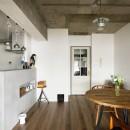 愛猫が駆け、風が通り抜ける、広々と心地良いインダストリアルな空間。の写真 キッチンダイニング