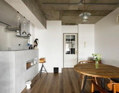 キッチンダイニング (愛猫が駆け、風が通り抜ける、広々と心地良いインダストリアルな空間。)