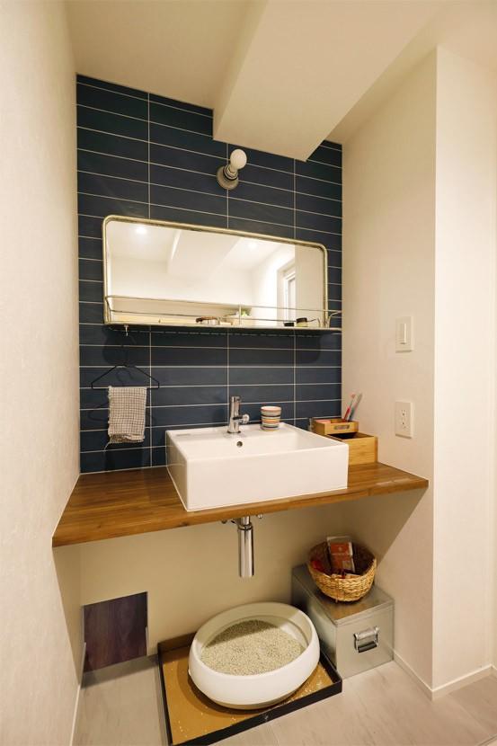 バス/トイレ事例:洗面下のネコトイレとトンネル(愛猫が駆け、風が通り抜ける、広々と心地良いインダストリアルな空間。)