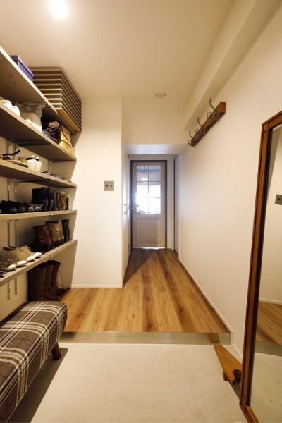 オープン収納の玄関 (愛猫が駆け、風が通り抜ける、広々と心地良いインダストリアルな空間。)