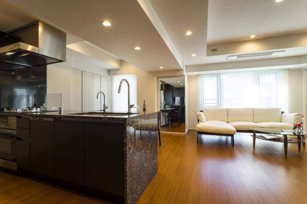 圧倒的な開放感を持つLDKに生まれ変わった都心のタワーマンション (リビングダイニングキッチン)