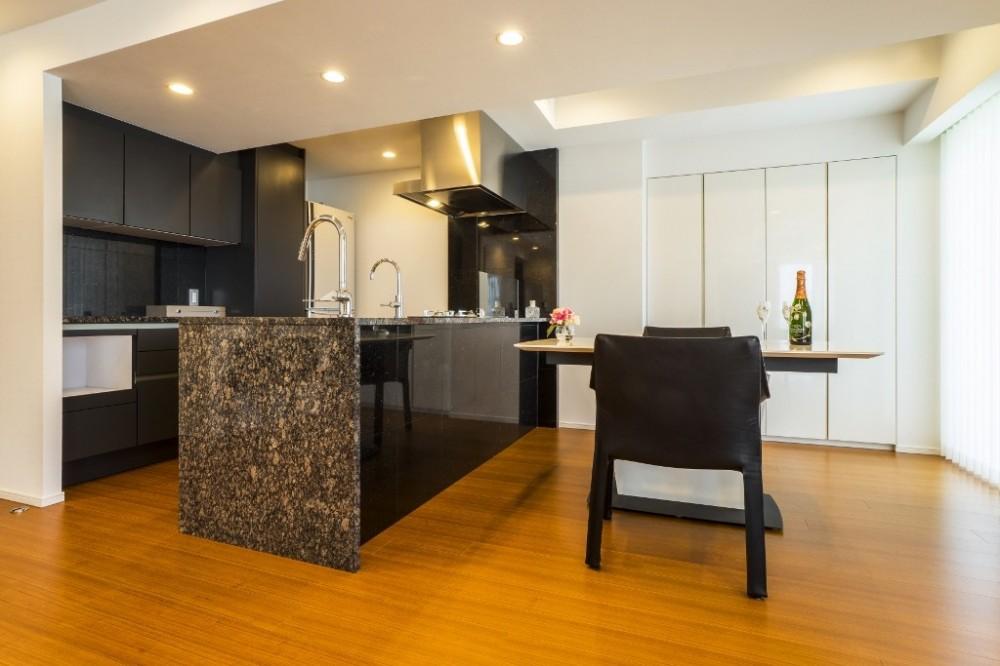 圧倒的な開放感を持つLDKに生まれ変わった都心のタワーマンション (ダイニングキッチン)