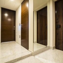 圧倒的な開放感を持つLDKに生まれ変わった都心のタワーマンション (玄関ホール)