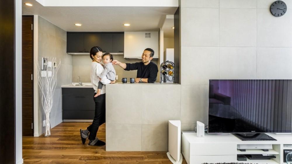 家族の笑顔が絶えないクールでスタイリッシュな空間 (リビングダイニングキッチン)