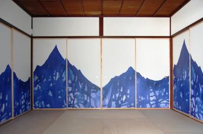 和室 (壁紙を襖に用いて和室をモダンにリノベーション)