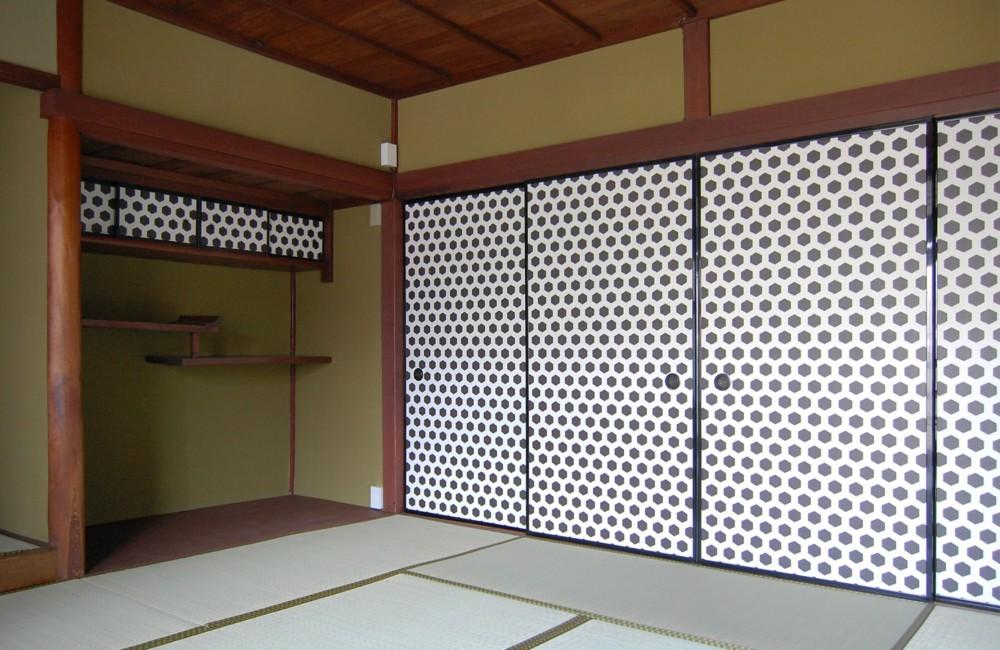 壁紙を襖に用いて和室をモダンにリノベーション (和室)