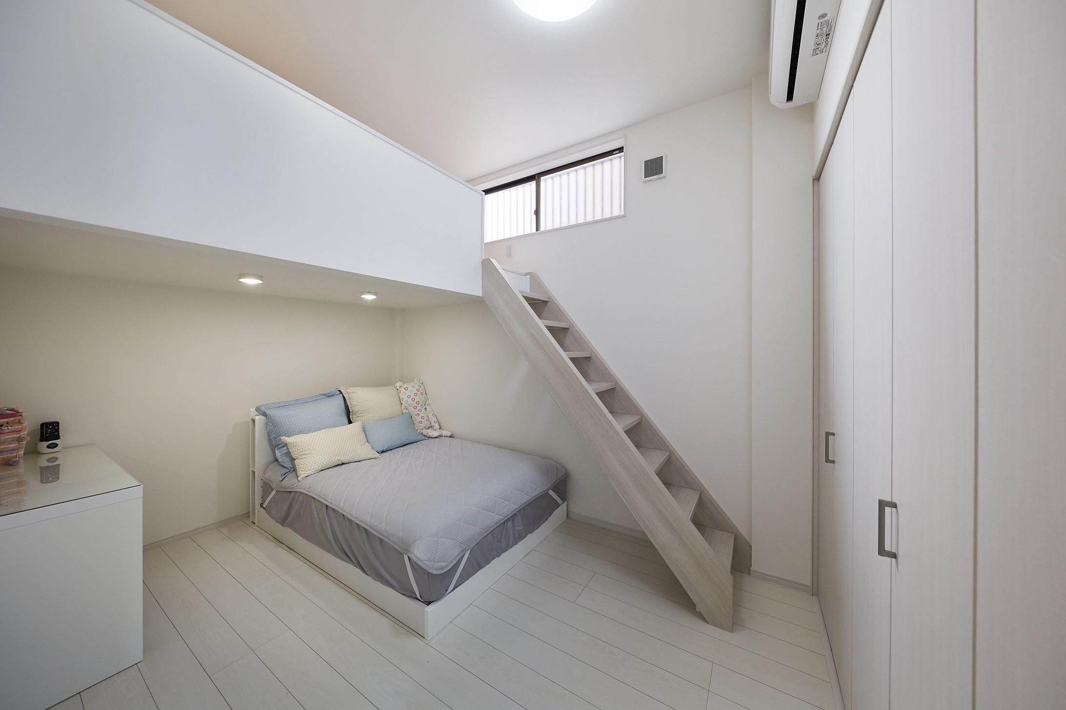 ベッドルーム事例:高さを生かしロフトを造作(事務所から居住スペースに。高さを活かしたスケルトンリフォーム)