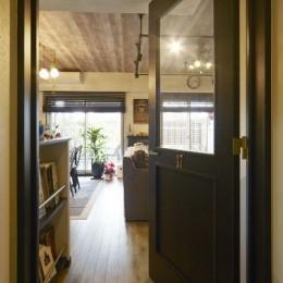 お気に入りの雑貨に囲まれたニューヨークカフェスタイルのお家 (リビングドア)