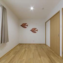 遊び心あるデザインの壁紙で居室を個性的に (居室)