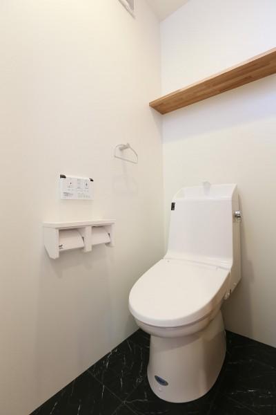 トイレ (アプローチと中庭の木塀が一体になる家。異素材の調和とプライバシーを重視した住まい。)
