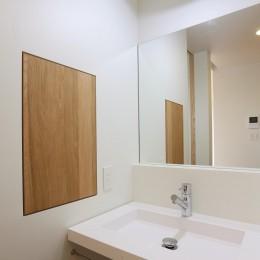 アプローチと中庭の木塀が一体になる家。異素材の調和とプライバシーを重視した住まい。 (洗面)