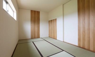 アプローチと中庭の木塀が一体になる家。異素材の調和とプライバシーを重視した住まい。 (和室)