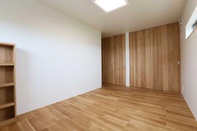 主寝室 (アプローチと中庭に木塀が一体になる家。異素材の調和とプライバシーを重視した住まい。)