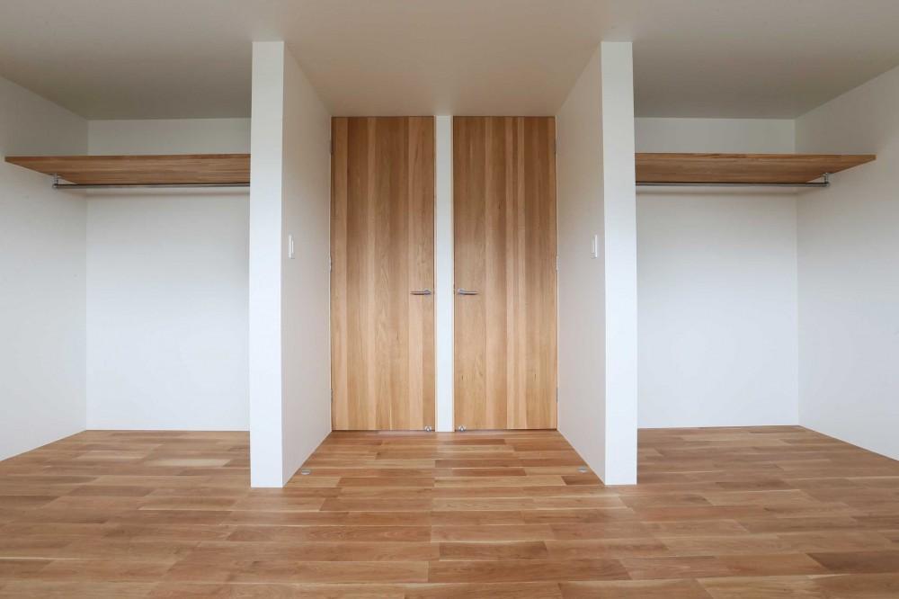アプローチと中庭に木塀が一体になる家。異素材の調和とプライバシーを重視した住まい。 (子供部屋)