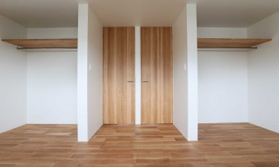 アプローチと中庭の木塀が一体になる家。異素材の調和とプライバシーを重視した住まい。 (子供部屋)