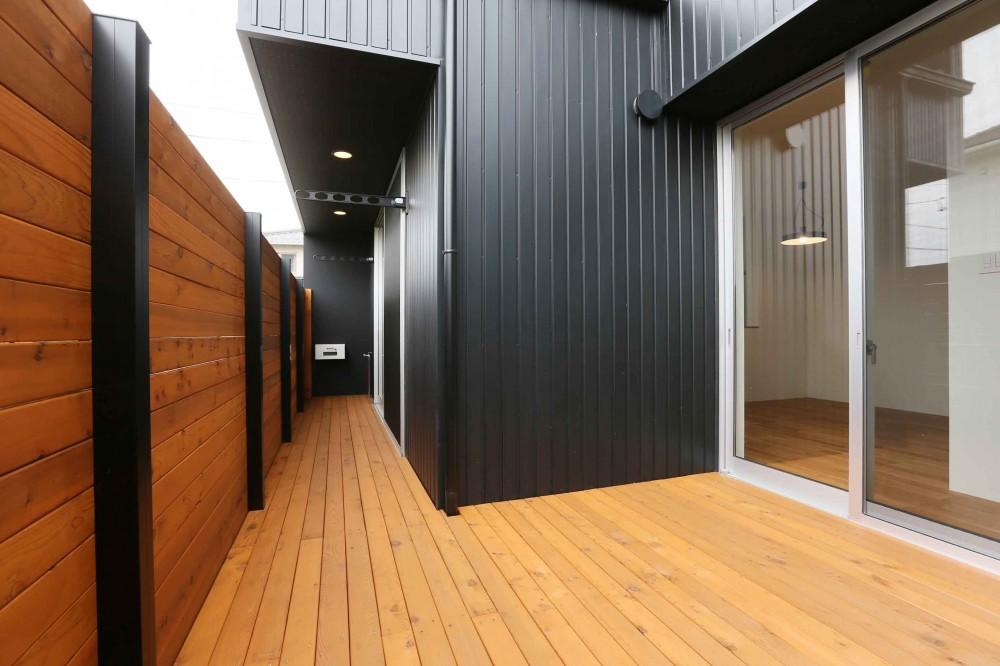 アプローチと中庭の木塀が一体になる家。異素材の調和とプライバシーを重視した住まい。 (バルコニー)